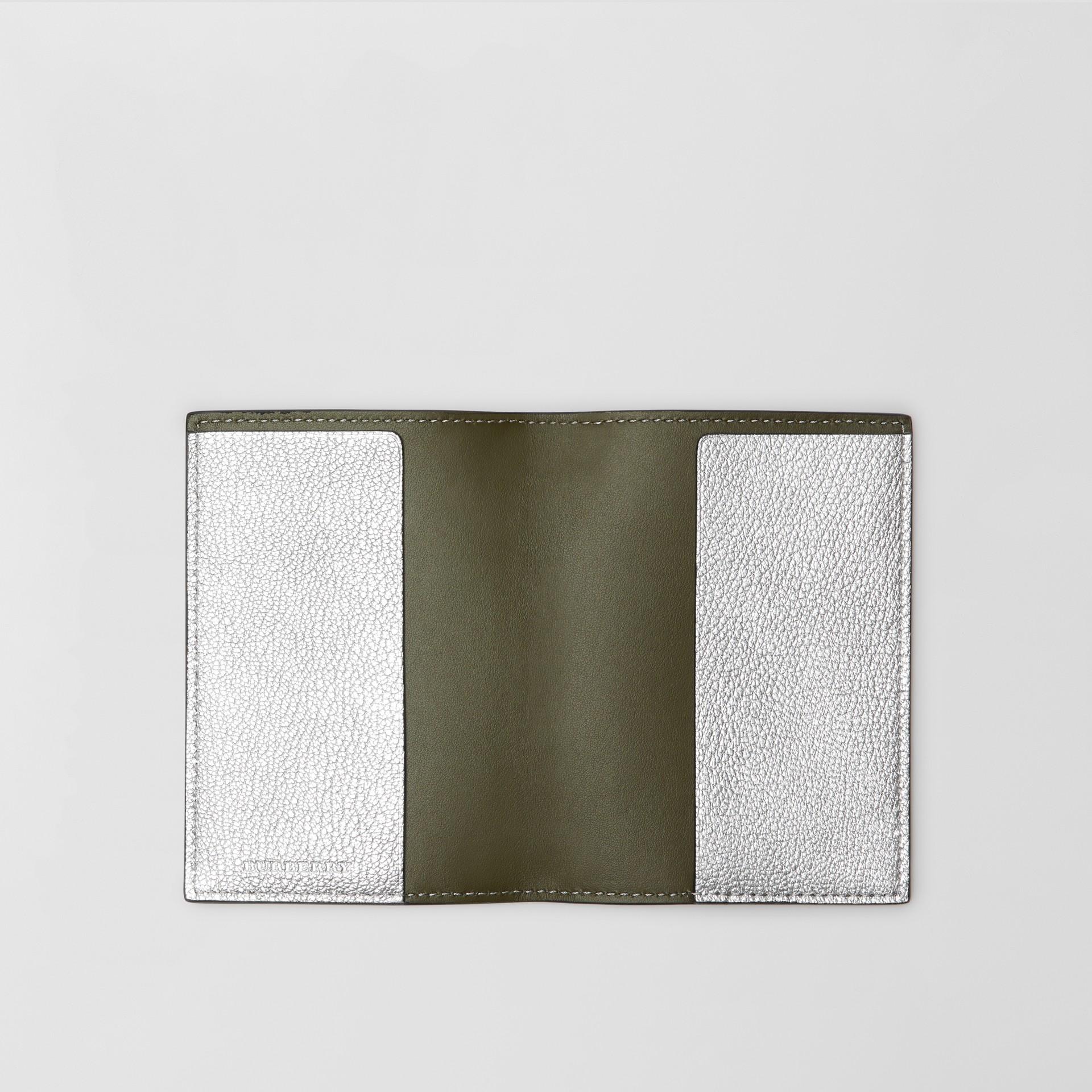 Porta-passaporte de couro metalizado (Prateado) - Mulheres | Burberry - galeria de imagens 2
