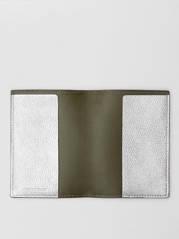 Porta-passaporte de couro metalizado (Prateado) - Mulheres | Burberry - cell image 2