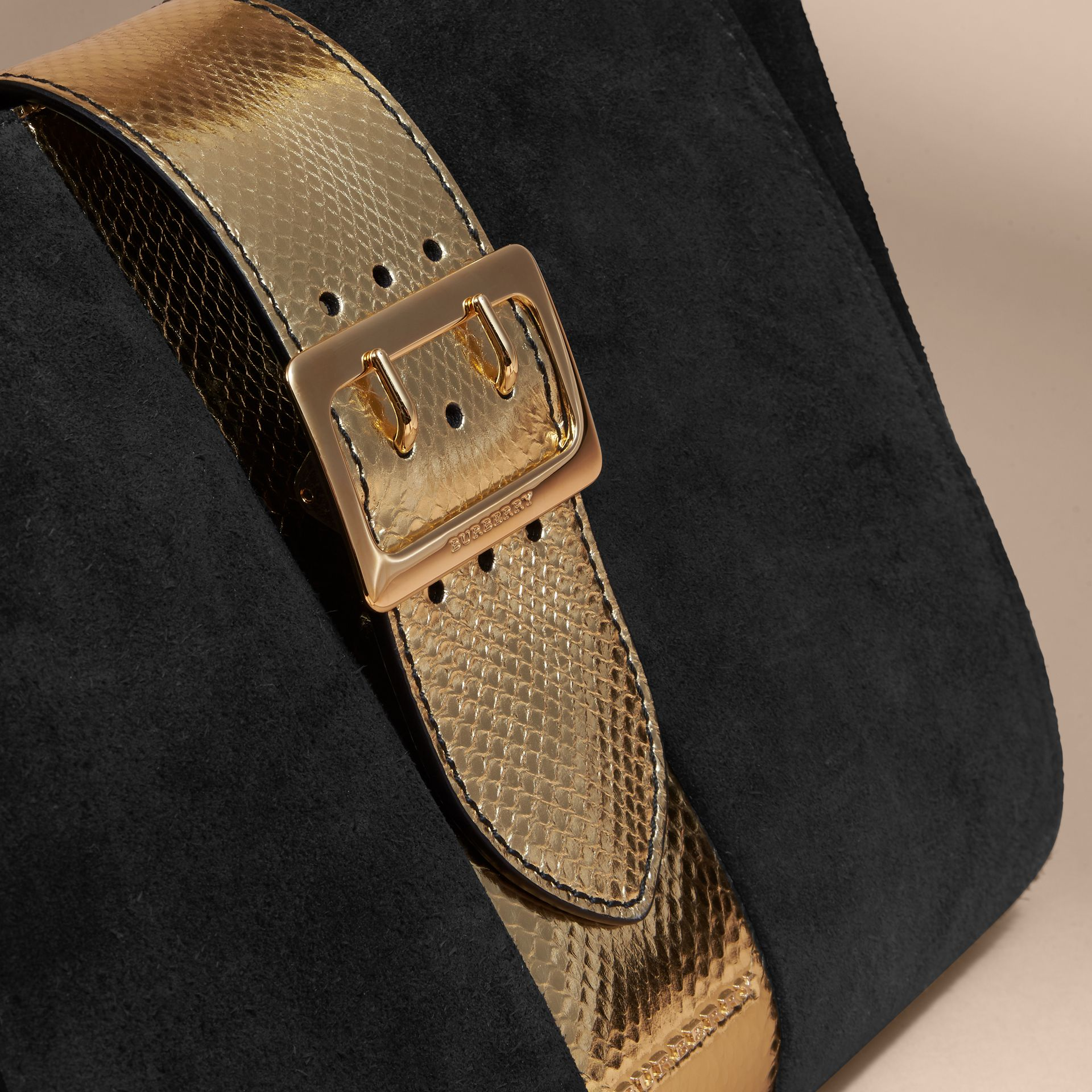 Sac tote The Buckle moyen en cuir velours et peau de serpent (Noir/or) - Femme | Burberry - photo de la galerie 2