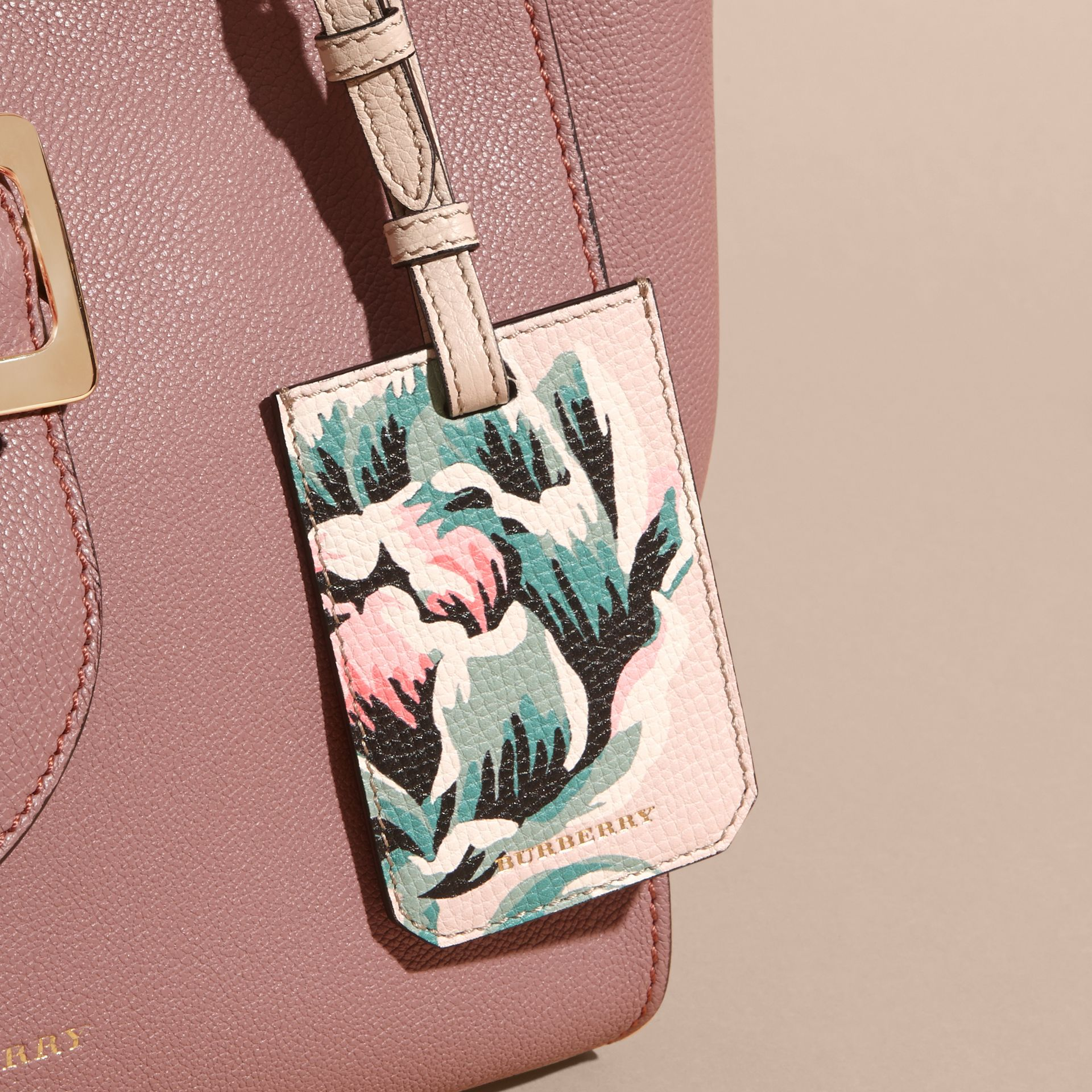 Peony Rose Print Grainy Leather Luggage Tag in Natural / Emerald Green | Burberry - gallery image 3