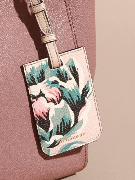 Peony Rose Print Grainy Leather Luggage Tag in Natural / Emerald Green | Burberry - cell image 2