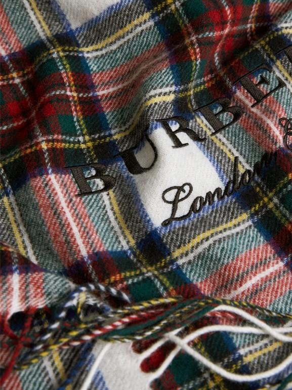 Sciarpa oversize in cashmere e lana Merino con motivo tartan (Bianco Naturale) - Donna | Burberry - cell image 1