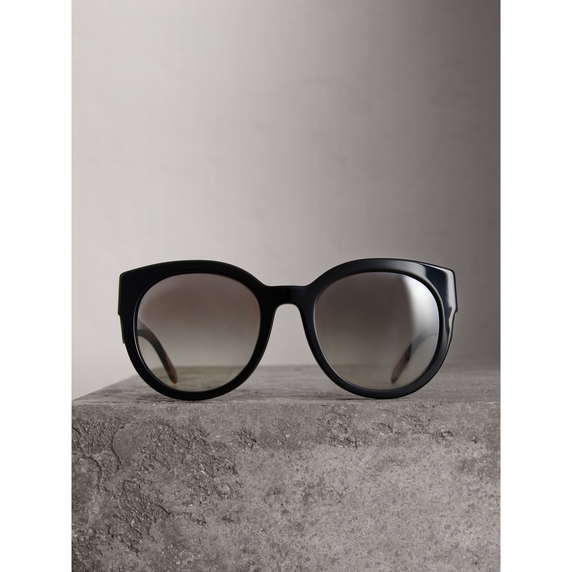 Round Frame Sunglasses in Black - Women | Burberry Canada - gallery image 3