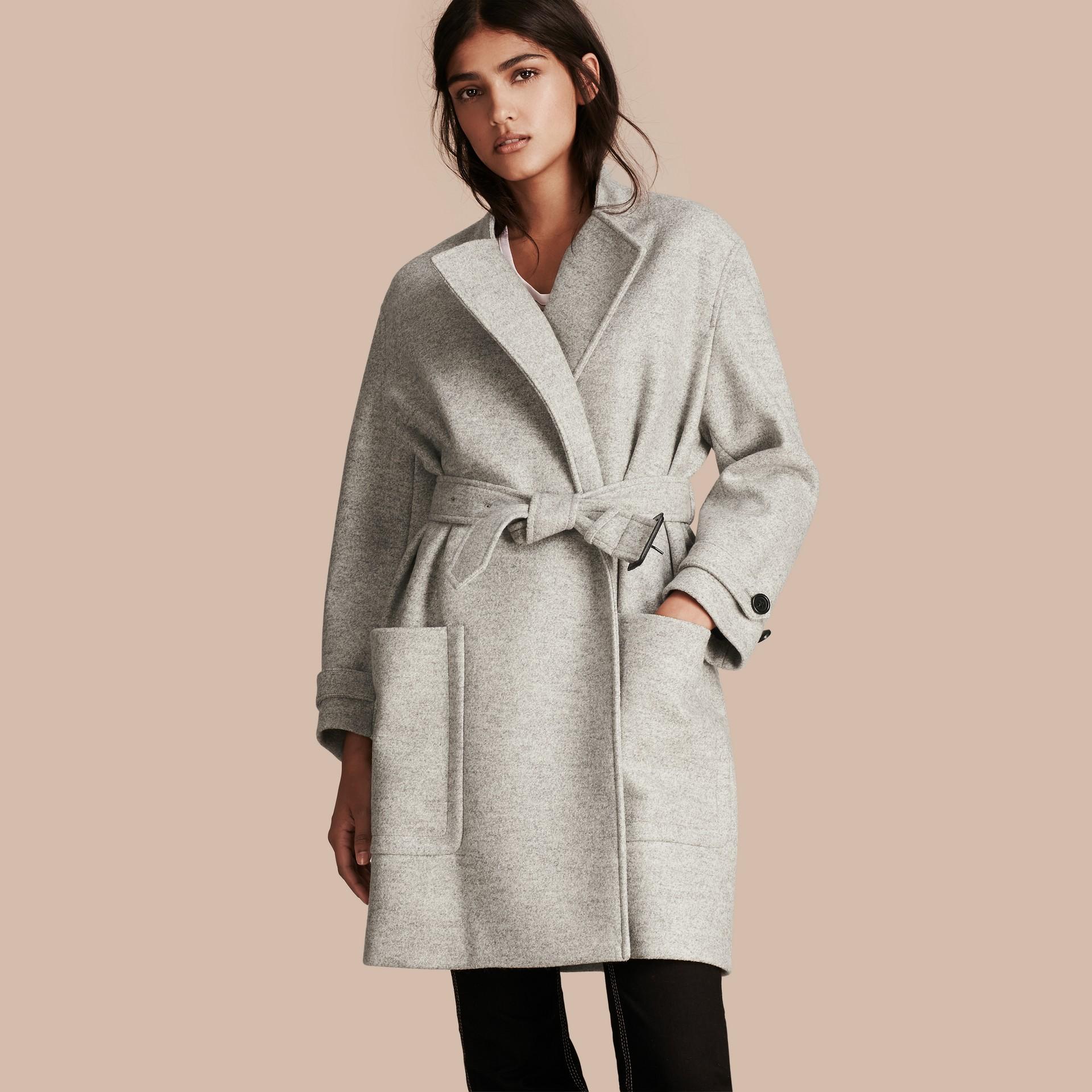 Grigio pallido mélange Cappotto a vestaglia in lana con cintura - immagine della galleria 1
