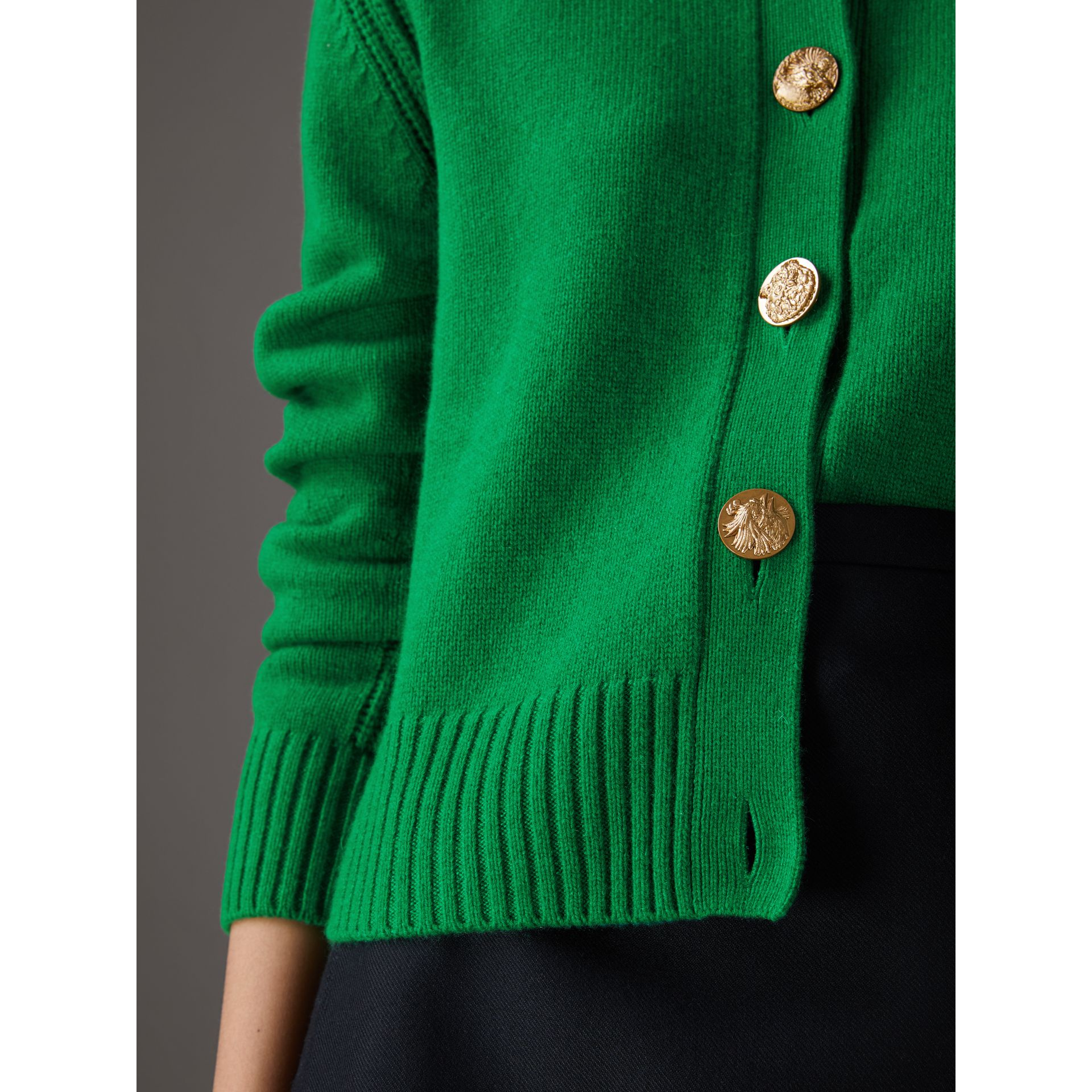 Cardigan in cashmere con bottoni decorati (Verde Minerale) - Donna | Burberry - immagine della galleria 1