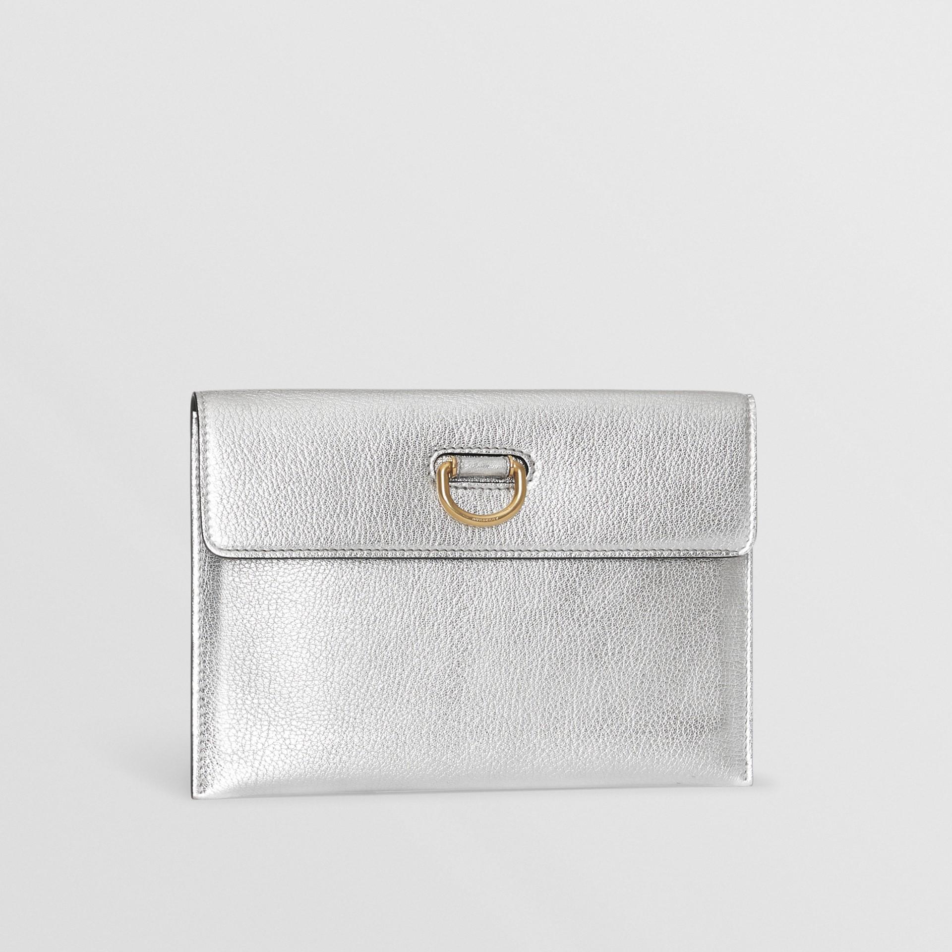 Trousse con portamonete in pelle metallizzata con cerniera e anello a D (Argento) - Donna | Burberry - immagine della galleria 7