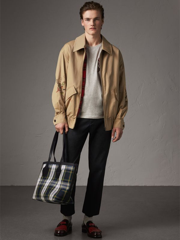 The Medium Giant Reversible Tote in Tartan Cotton in Ink Blue/military Red | Burberry Canada - cell image 3
