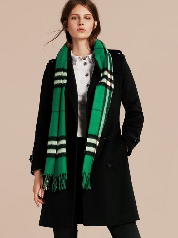 The Classic Cashmere Scarf in Check  Emerald - cell image 2