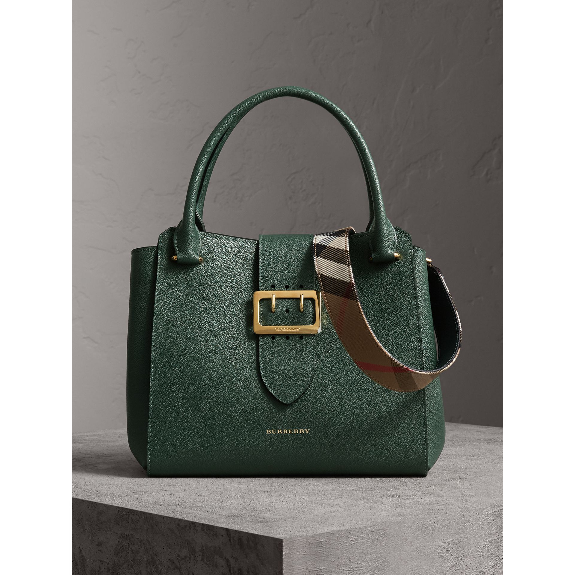 Sac tote The Buckle moyen en cuir grainé (Vert Marin) - Femme | Burberry - photo de la galerie 0