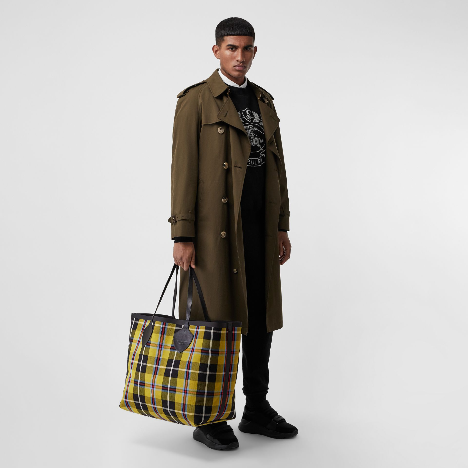 The Giant Reversible Tote in Vintage Check in Antique Yellow | Burberry Canada - gallery image 2