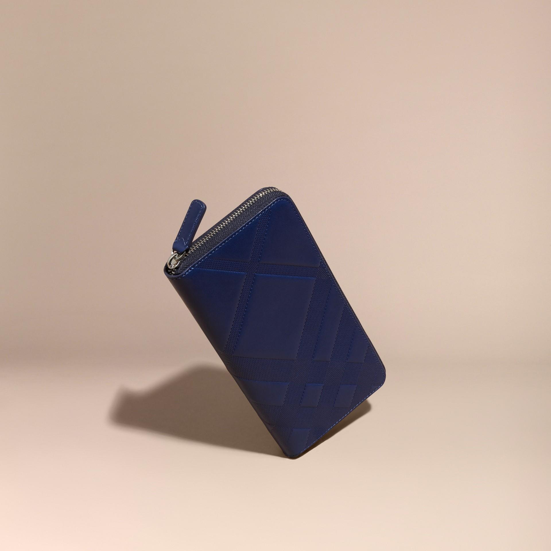 Bleu lapis Portefeuille zippé en cuir à motif check estampé Bleu Lapis - photo de la galerie 1