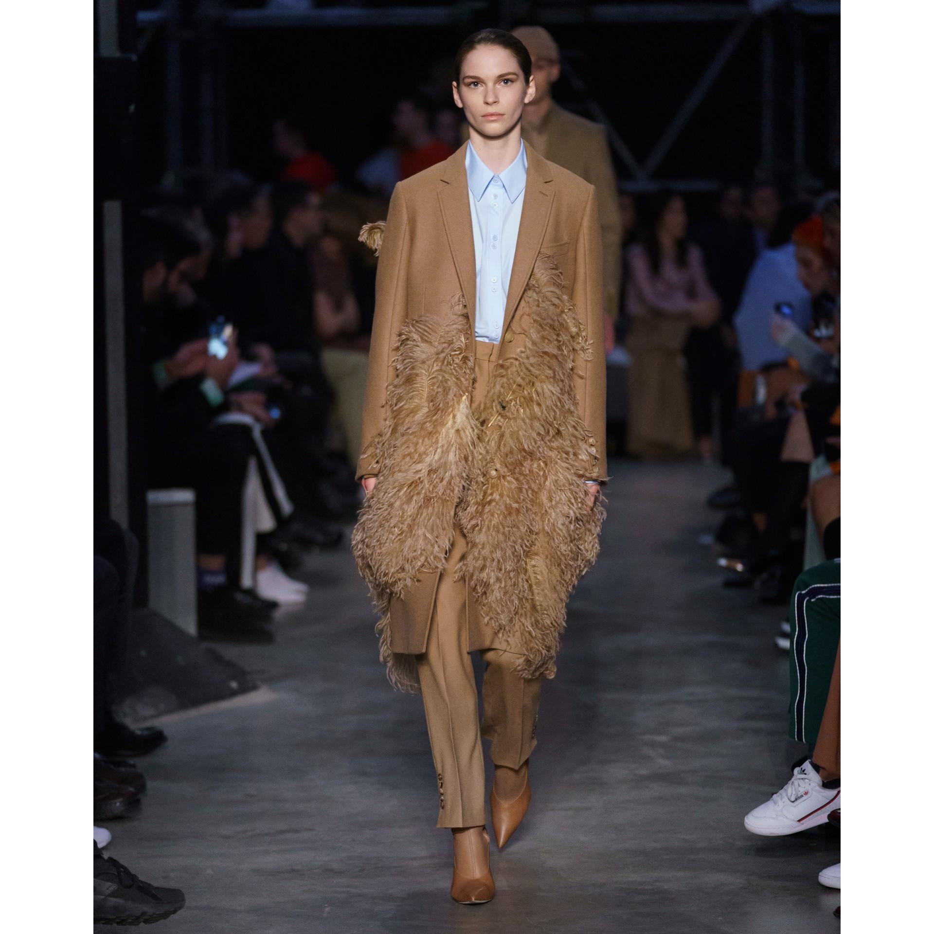 Abrigo de vestir en pelo de camello con detalle de plumas (Cámel) - Mujer | Burberry - imagen de la galería 8