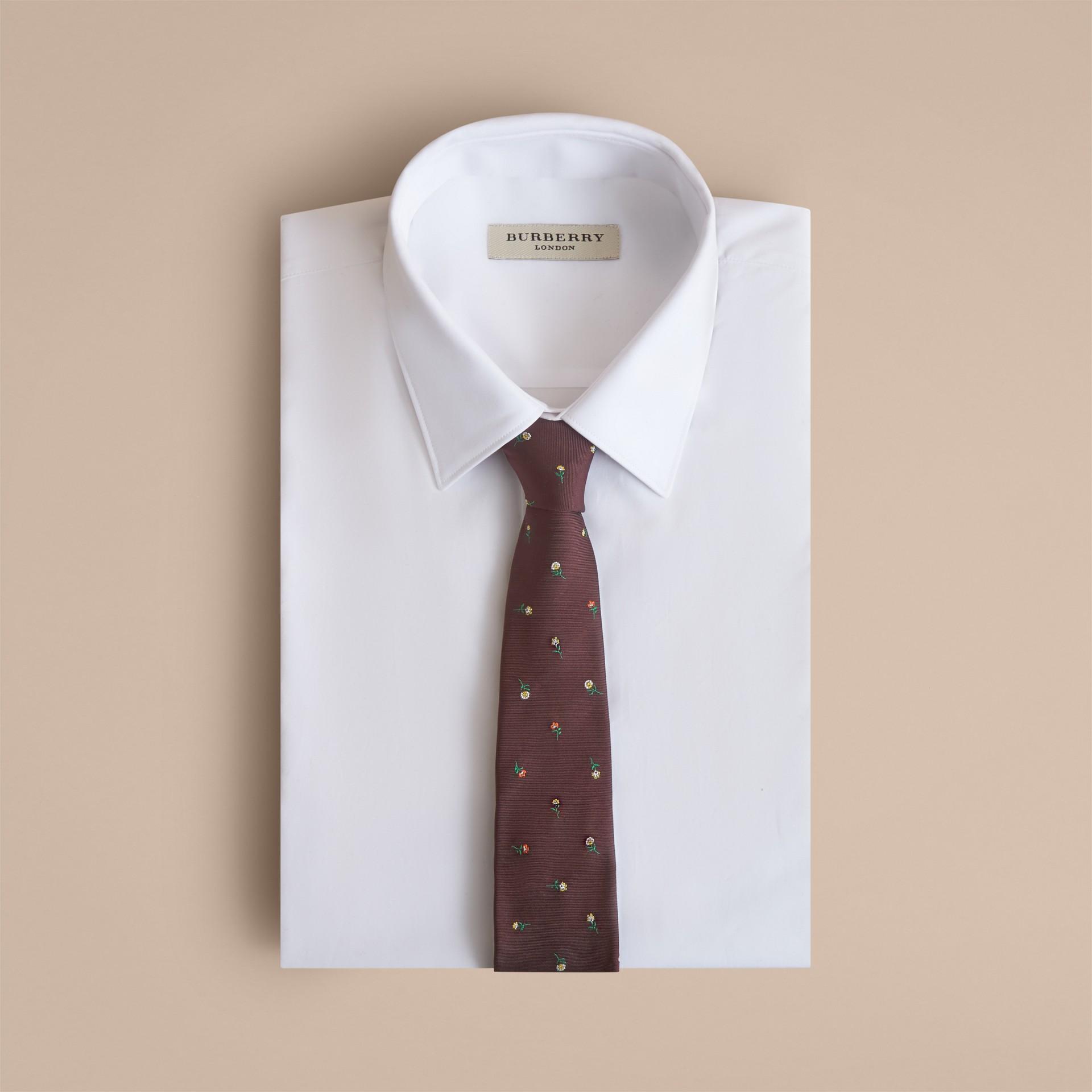 Schmal geschnittene Krawatte aus Seidenjacquard mit Blumenmuster (Dunkles Zimtfarben) - Herren | Burberry - Galerie-Bild 4