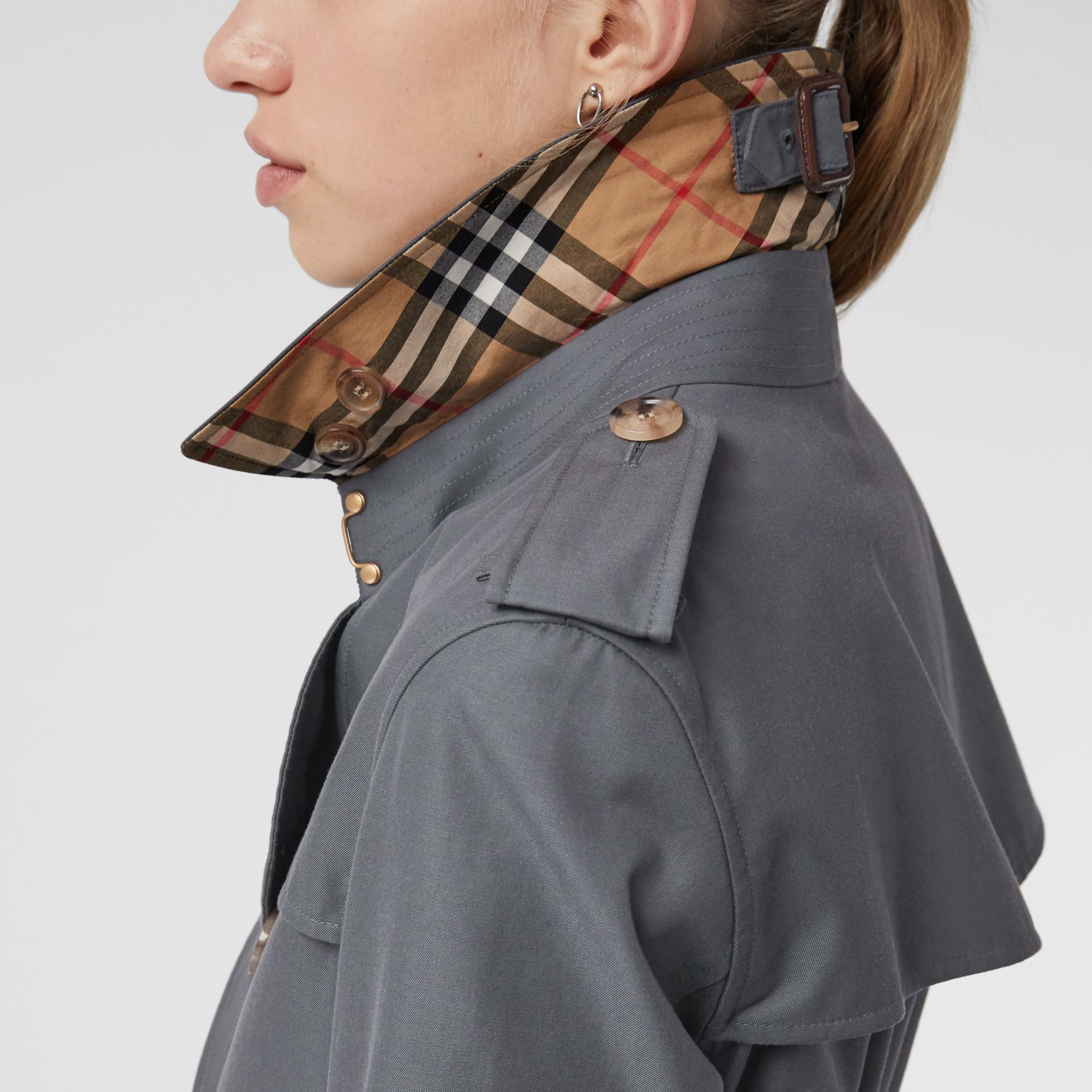 The Kensington Heritage Trench Coat in Mid Grey - Women | Burberry United Kingdom - gallery image 4