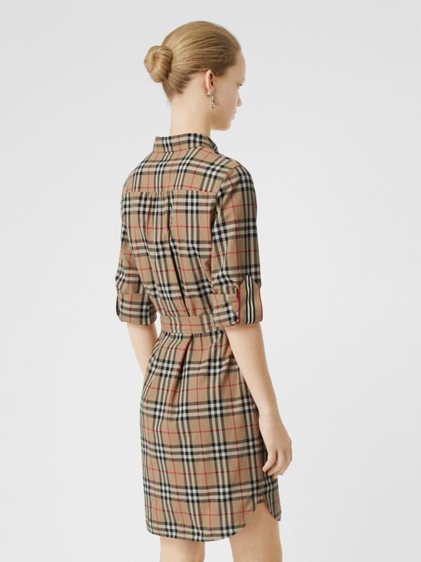Vestido estilo camisa de algodão em Vintage Check com cinto de amarrar (Bege Clássico) - Mulheres | Burberry - cell image 2