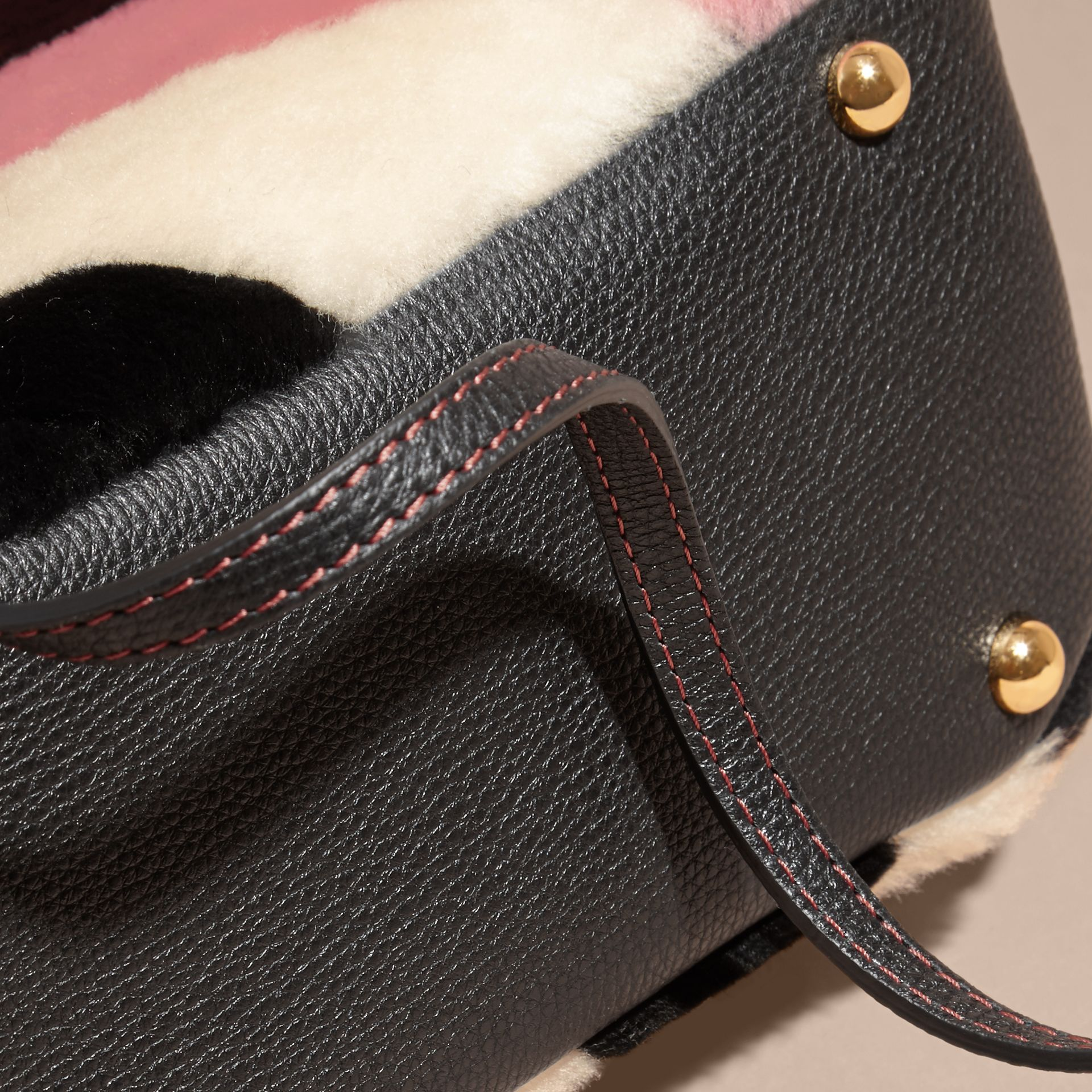Borsa The Baby Banner in pelle con motivo tartan in patchwork di shearling (Rosa) - Donna | Burberry - immagine della galleria 6