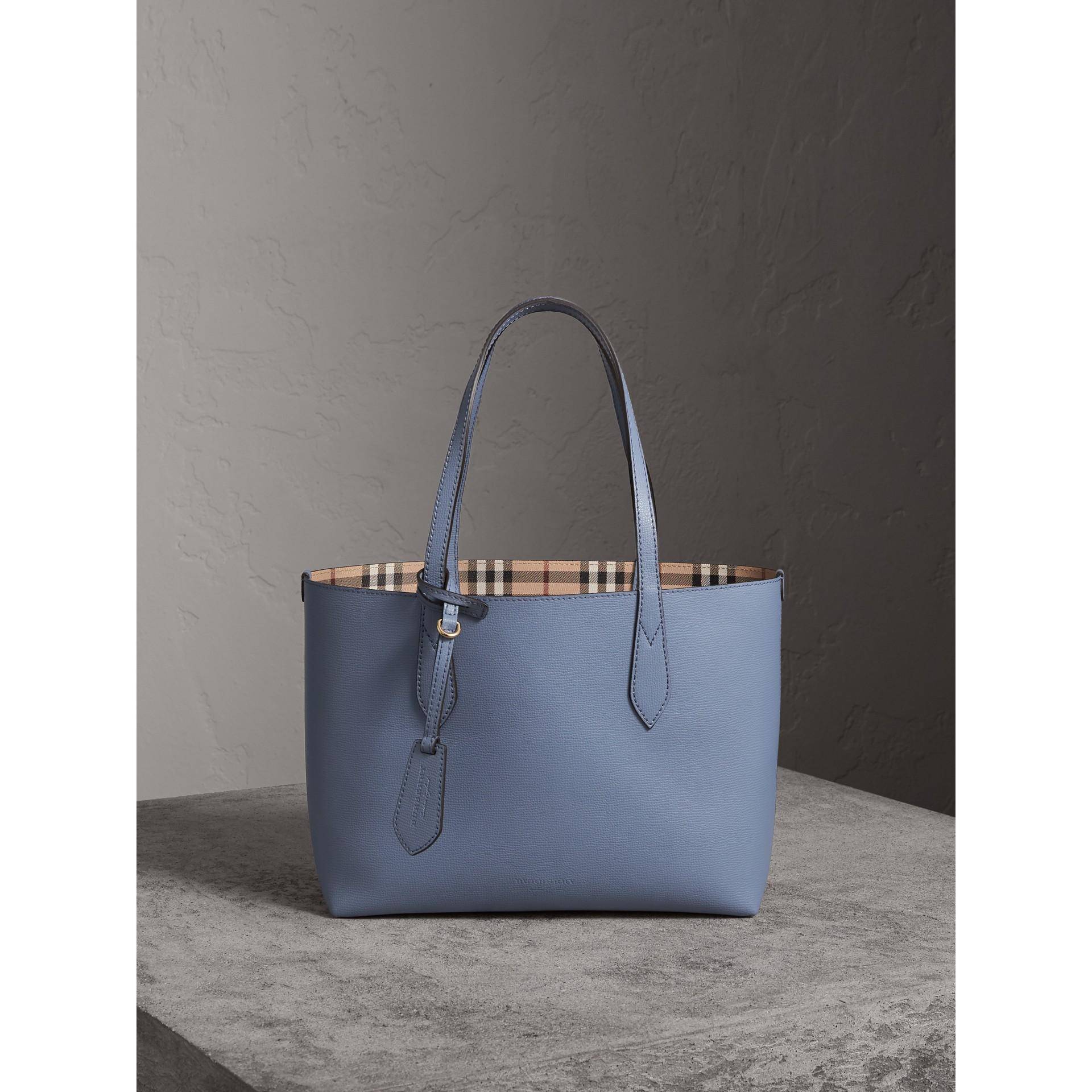 Petit sac tote réversible en cuir et tissu Haymarket check (Bleu Ardoise) - Femme | Burberry - photo de la galerie 8