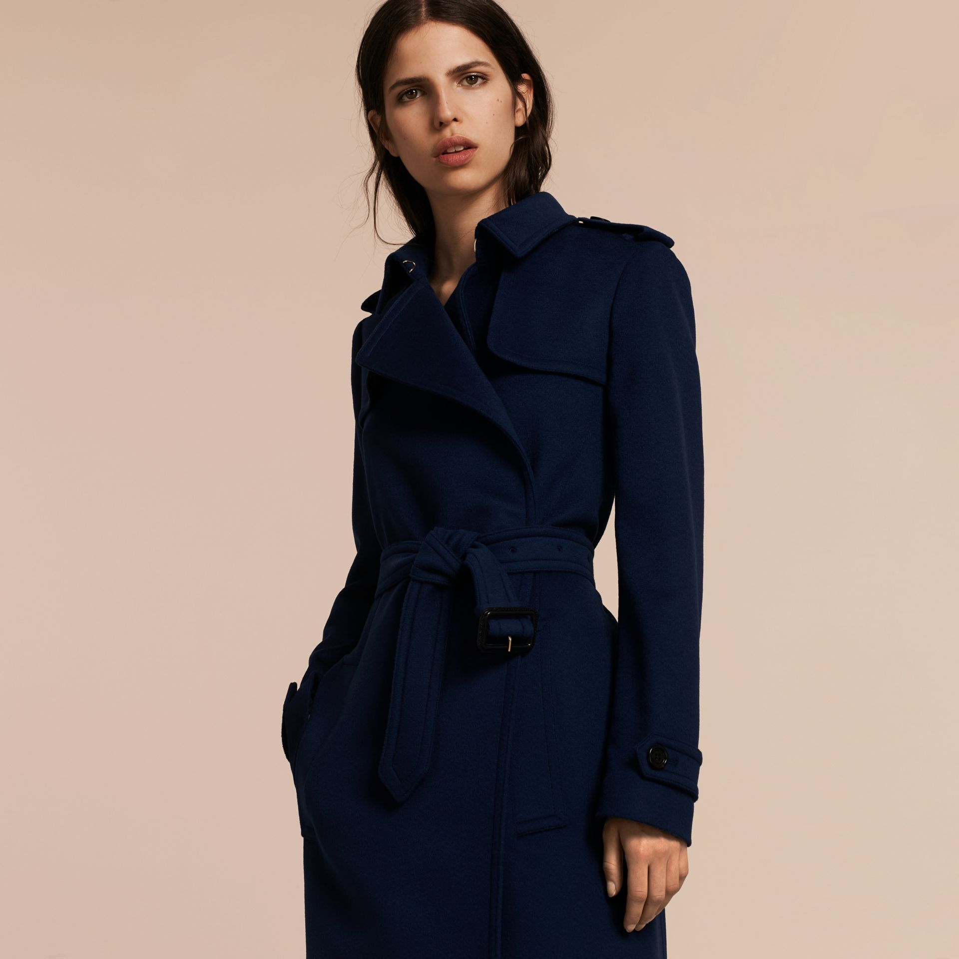 Bleu empire Trench-coat portefeuille en laine et cachemire - photo de la galerie 7