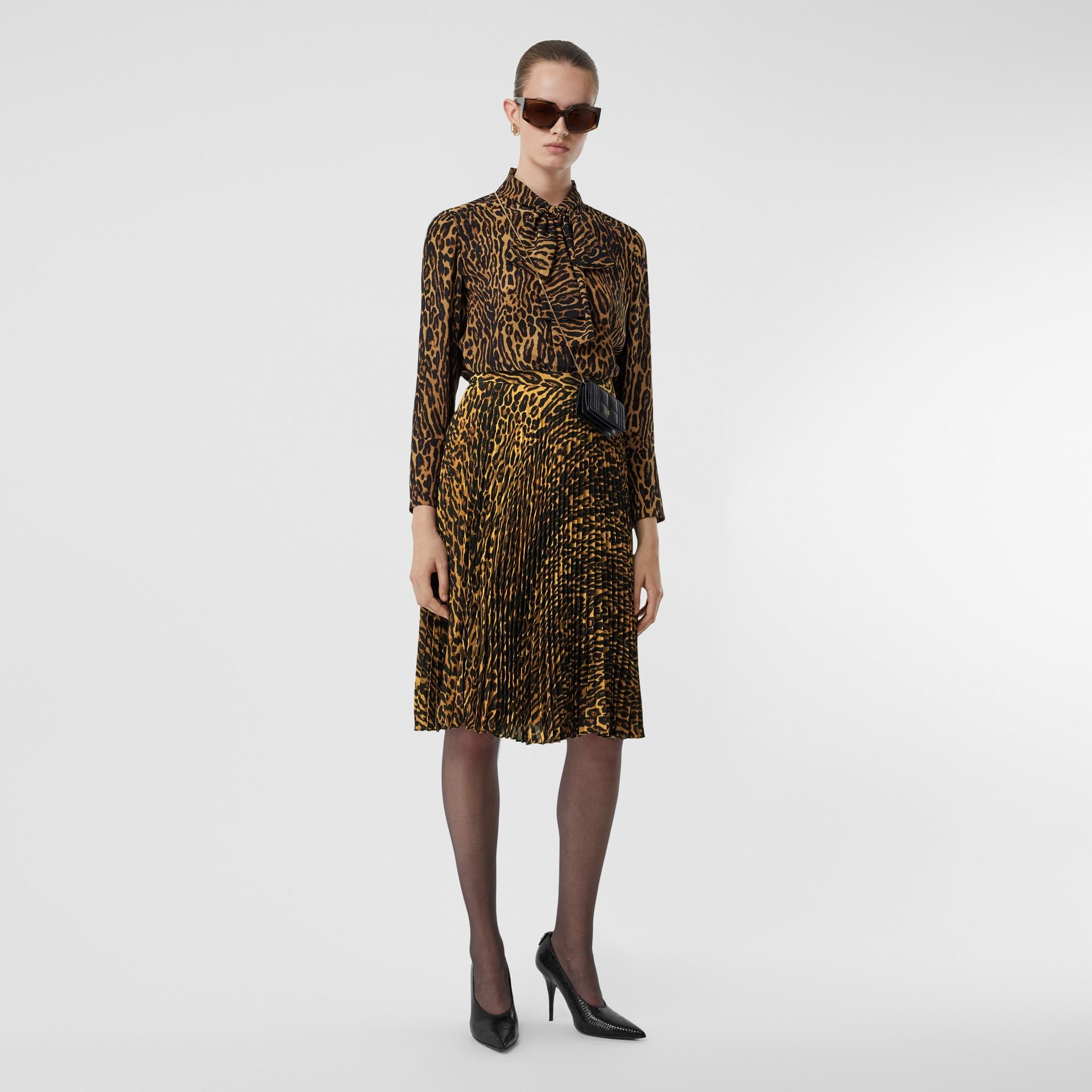 Blusa en gasa de seda con lazada al cuello y estampado estilo leopardo (Mostaza Oscuro) - Mujer | Burberry - imagen de la galería 5