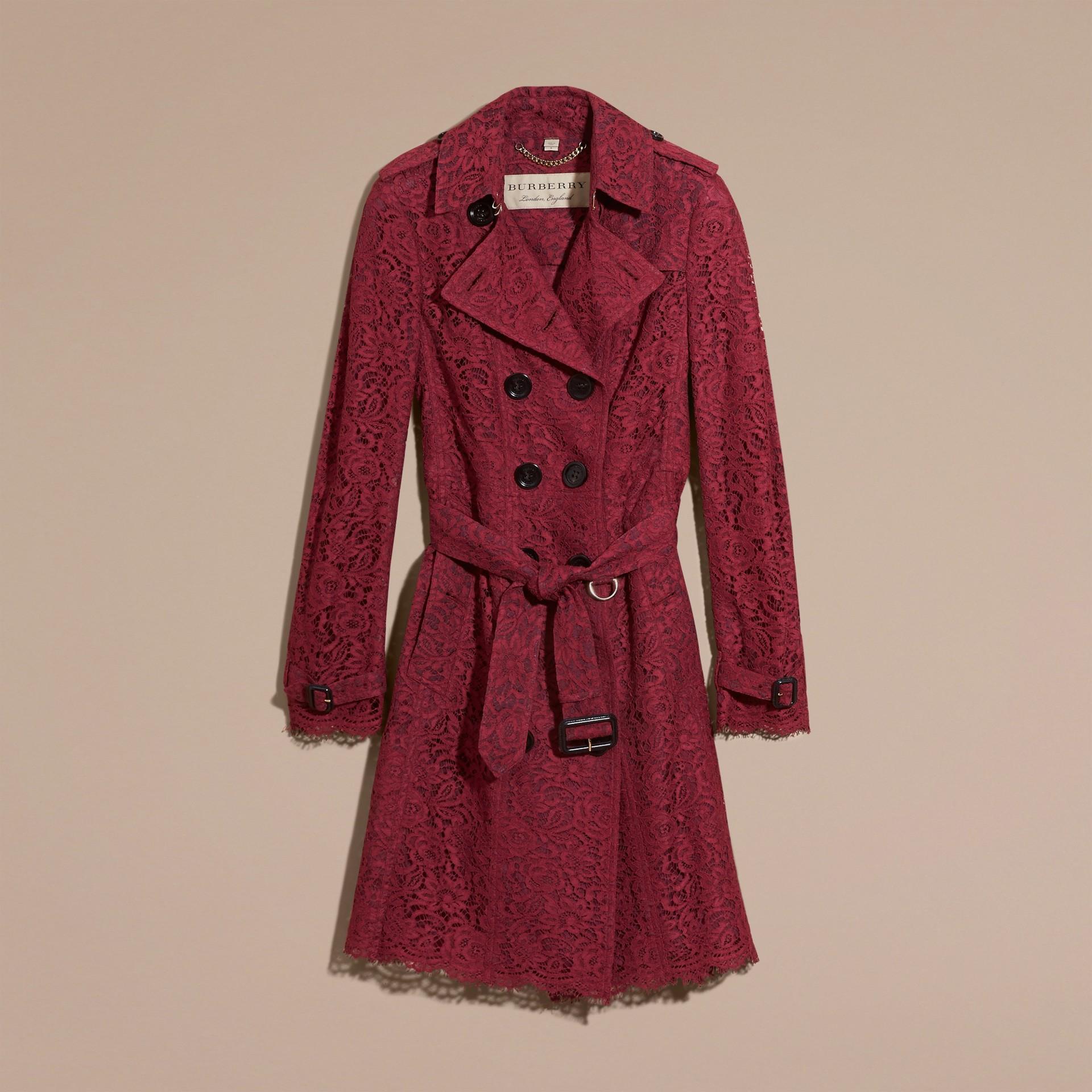 Cremisi scuro Trench coat in pizzo italiano con orli smerlati - immagine della galleria 4
