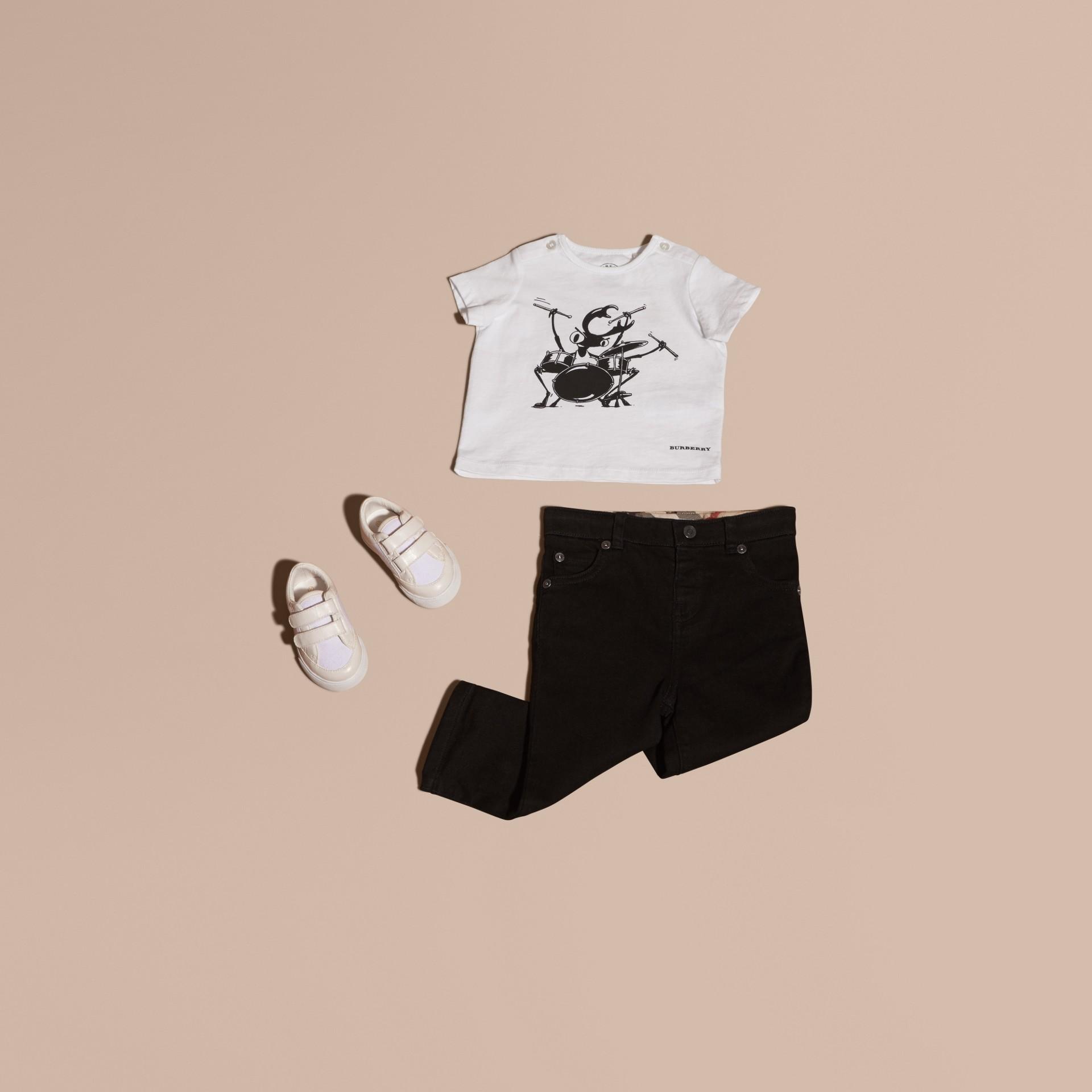 Blanc T-shirt en coton avec motif scarabée - photo de la galerie 5