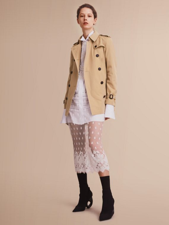 The Kensington – Short Heritage Trench Coat in Honey - Women | Burberry