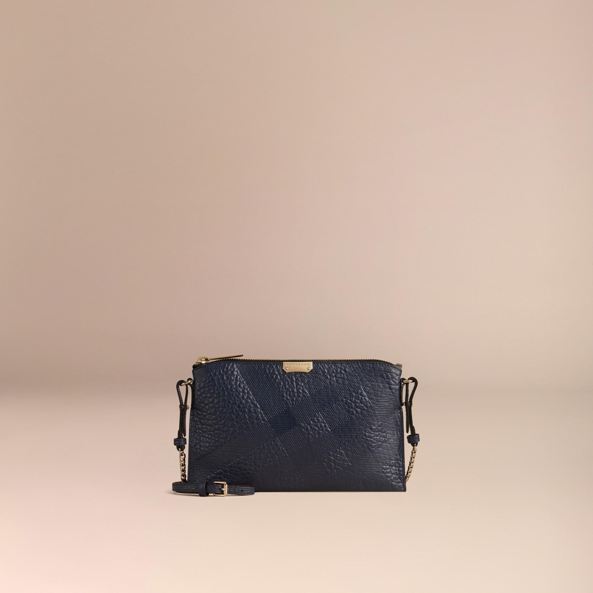 Blu carbonio Pochette in pelle con motivo check in rilievo Blu Carbonio - immagine della galleria 7