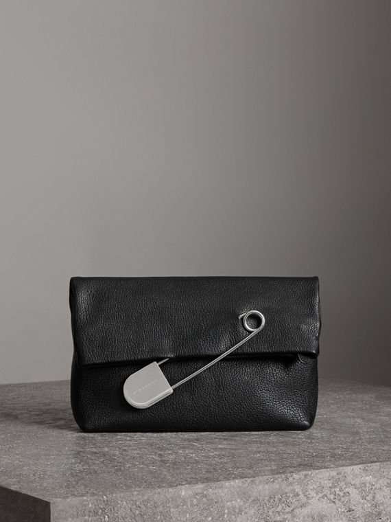 The Medium Pin Clutch aus Leder (Schwarz)
