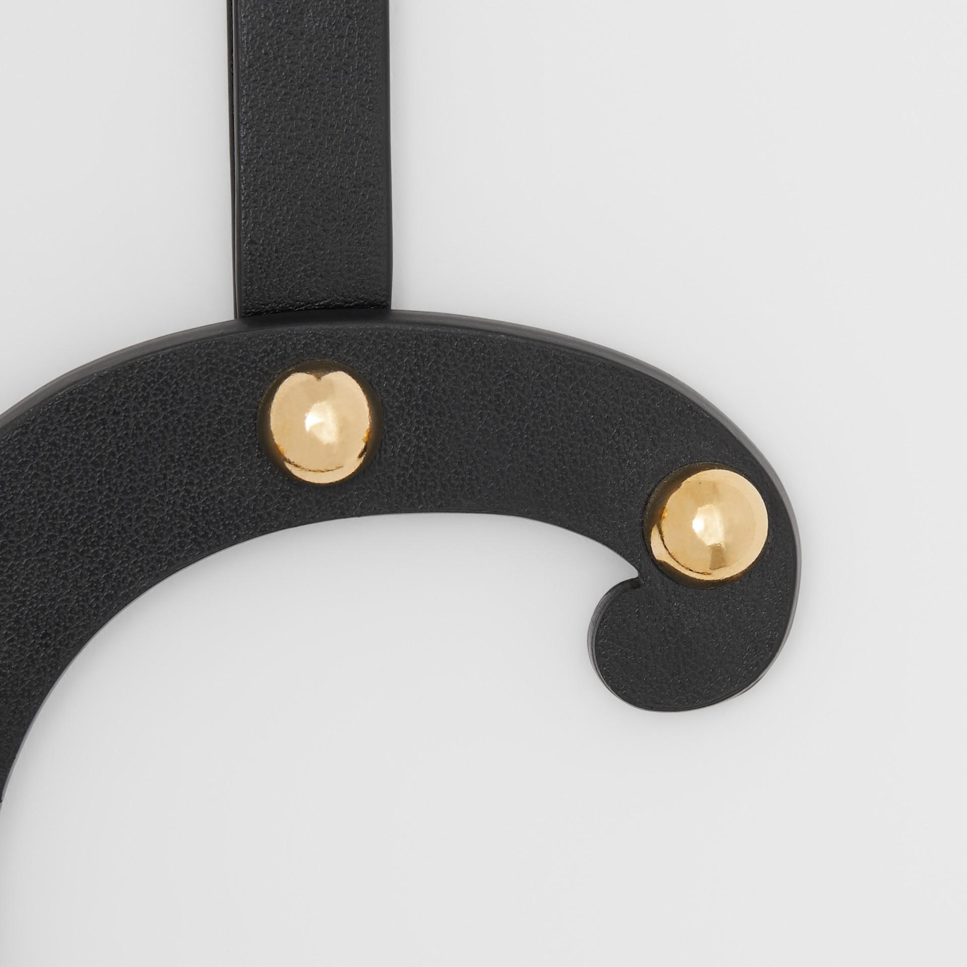 Taschenanhänger aus Leder in C-Form mit Ziernieten (Schwarz/helles Goldfarben) - Damen | Burberry - Galerie-Bild 1