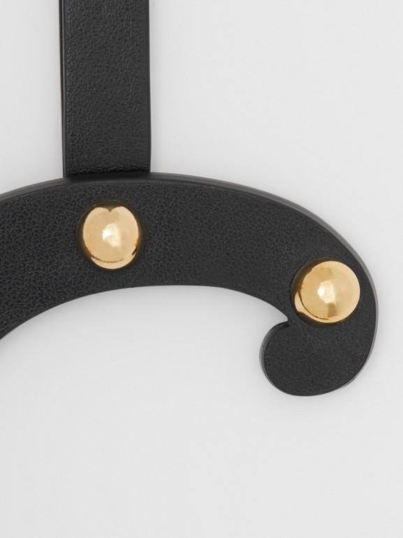 Taschenanhänger aus Leder in C-Form mit Ziernieten (Schwarz/helles Goldfarben) - Damen | Burberry - cell image 1