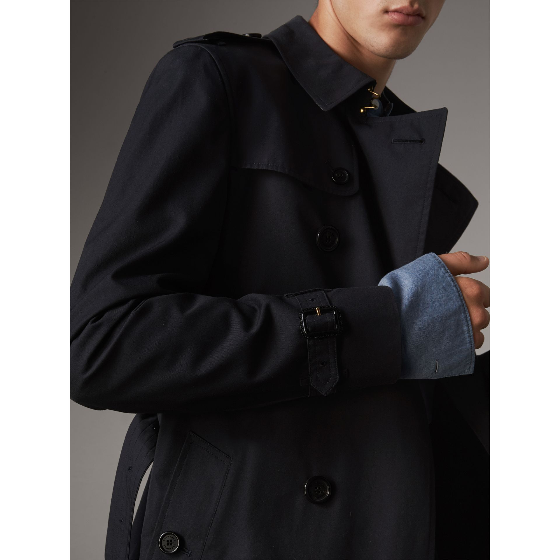 The Chelsea – Short Heritage Trench Coat in Navy - Men | Burberry - gallery image 5