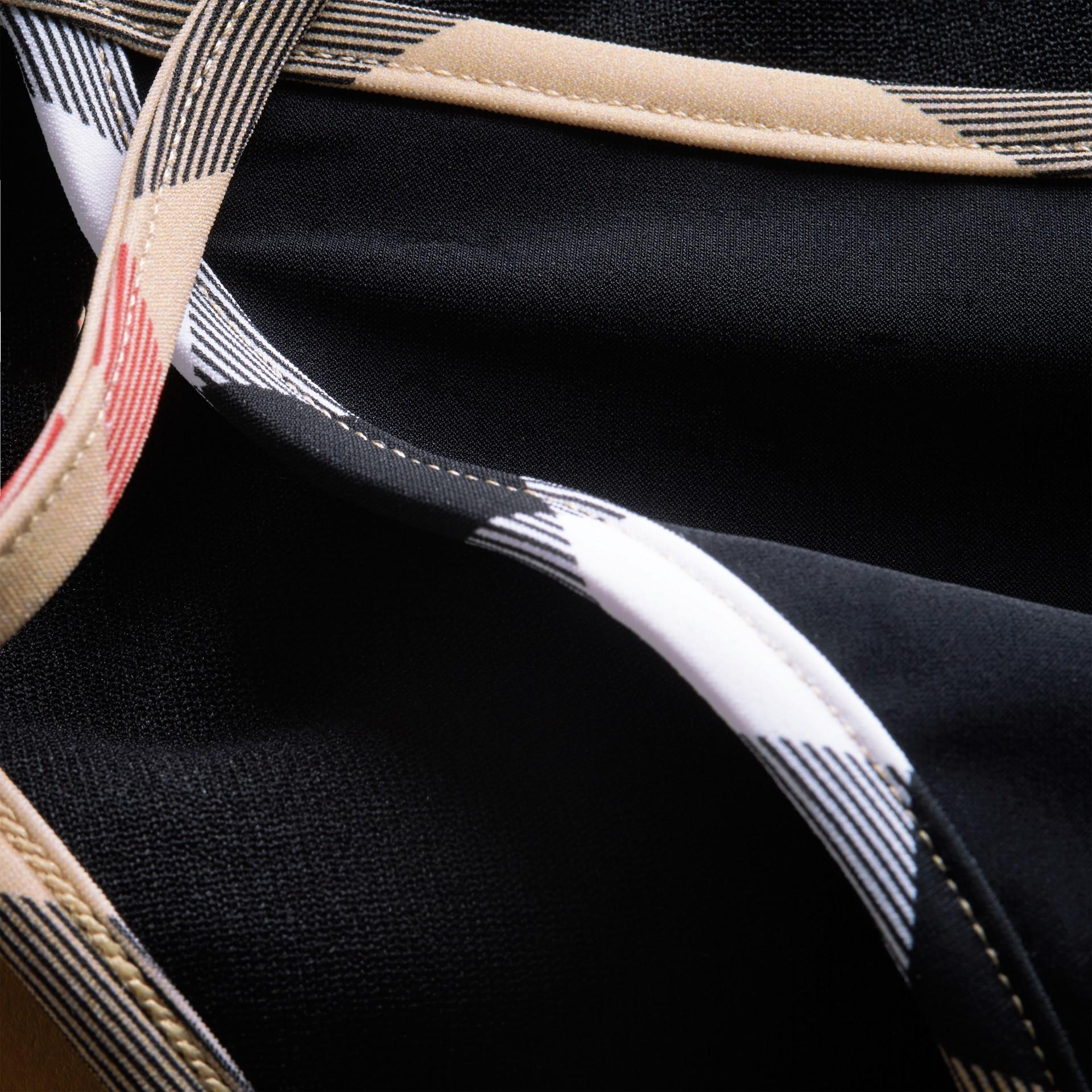 格紋飾邊三角比基尼 (黑色) - 女款 | Burberry - 圖庫照片 2