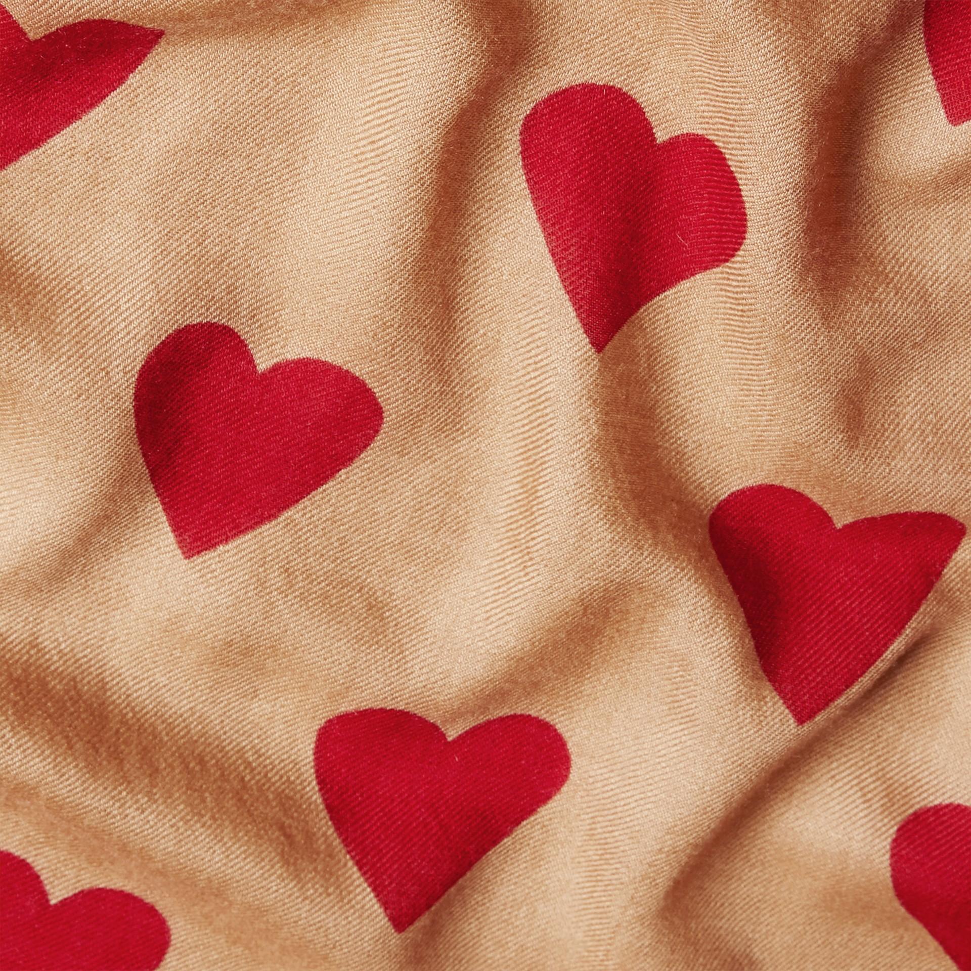 Cammello/rosso parata Sciarpa leggera in cashmere con stampa a cuori Cammello/rosso Parata - immagine della galleria 5