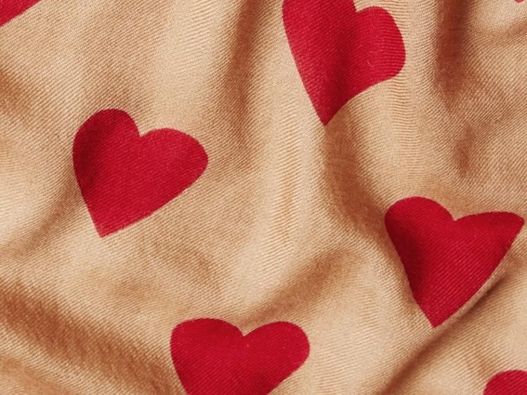 Cammello/rosso parata Sciarpa leggera in cashmere con stampa a cuori Cammello/rosso Parata - cell image 4