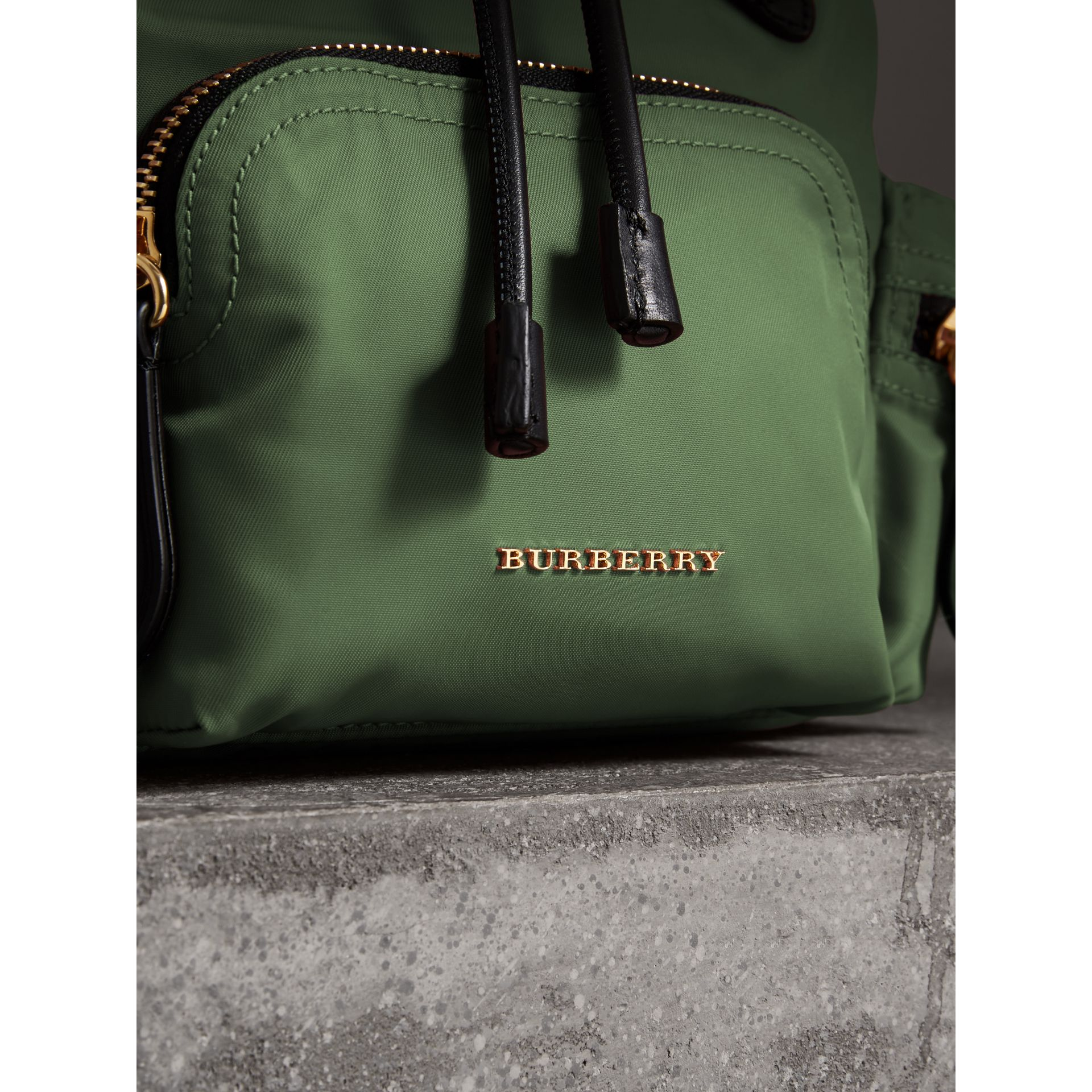 Petit sac The Rucksack à bandoulière en nylon (Vert Racing) - Femme | Burberry - photo de la galerie 1
