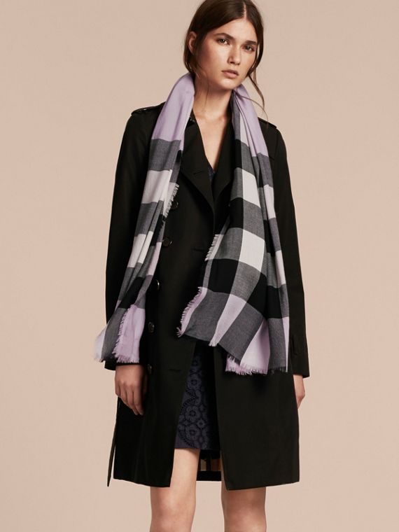 The Lightweight Cashmere Scarf in Check Dusty Lilac - cell image 2