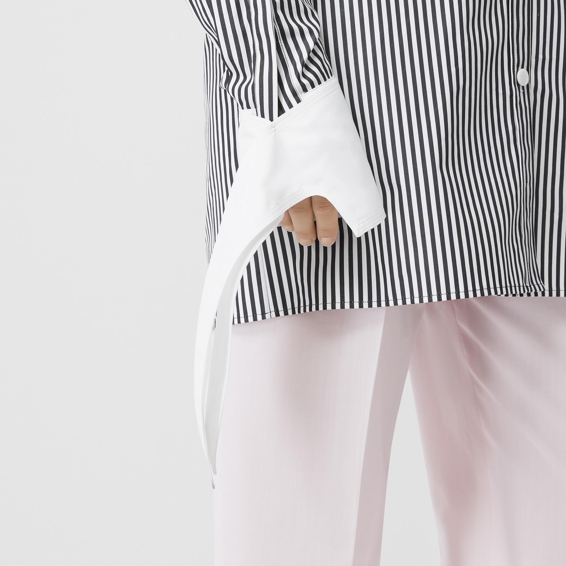 Vestido estilo camisa de popeline de algodão listrado com etiqueta de logotipo (Preto) - Mulheres | Burberry - galeria de imagens 4