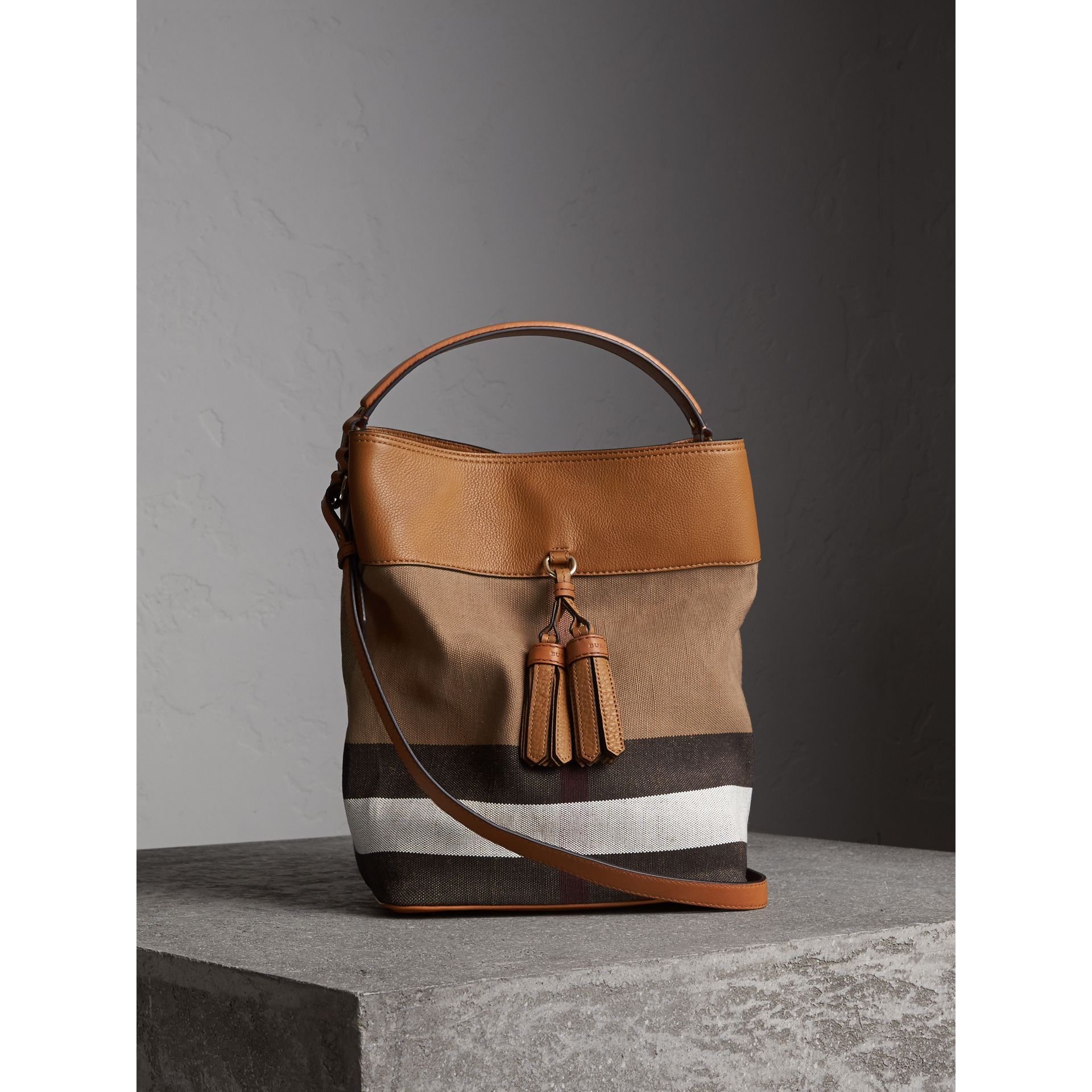 Sac The Ashby medium à motif Canvas check avec cuir (Marron Cigare) - Femme | Burberry - photo de la galerie 1
