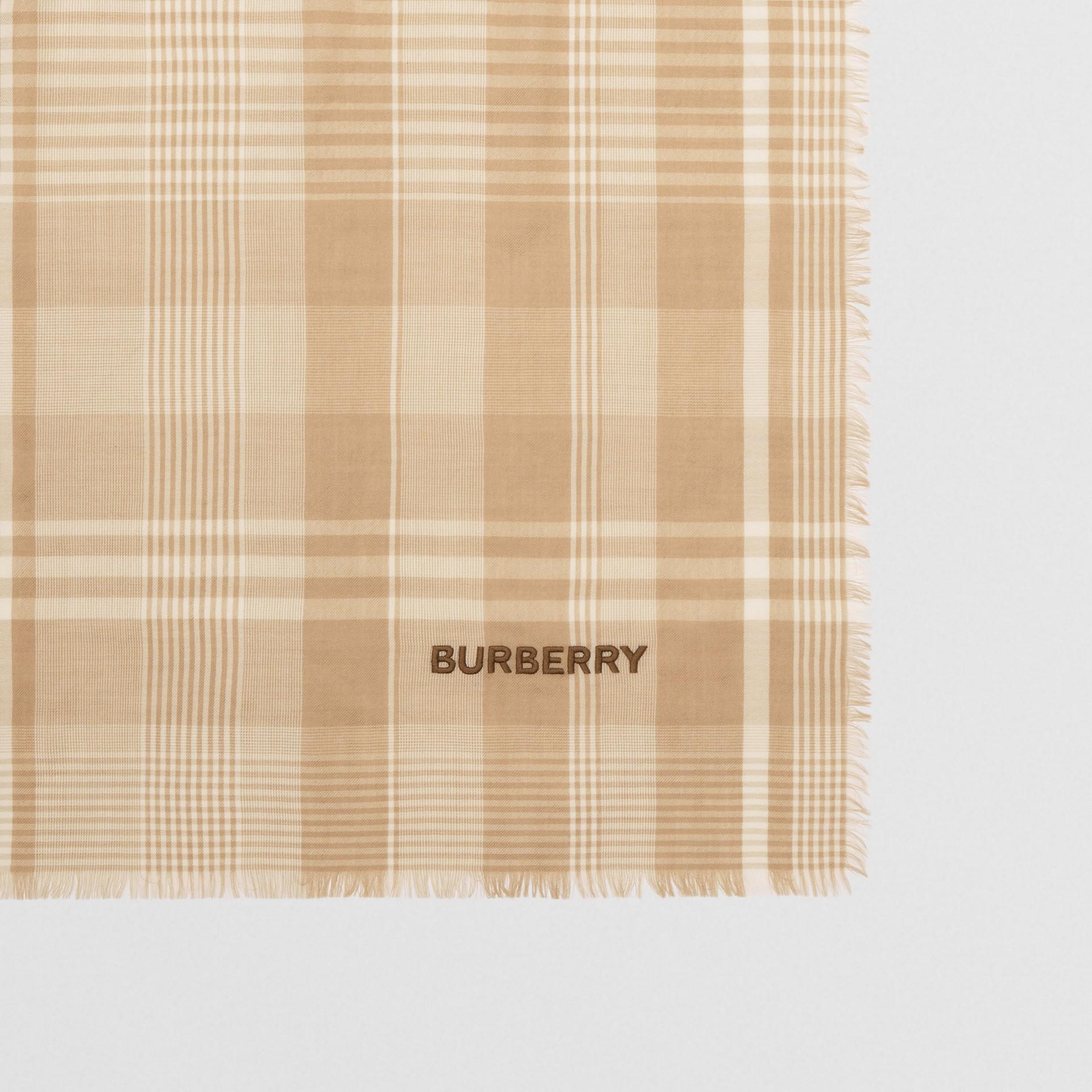 ロゴエンブロイダリー ライトウェイト チェック カシミアスカーフ (アーカイブベージュ/ホワイト) | バーバリー - ギャラリーイメージ 1