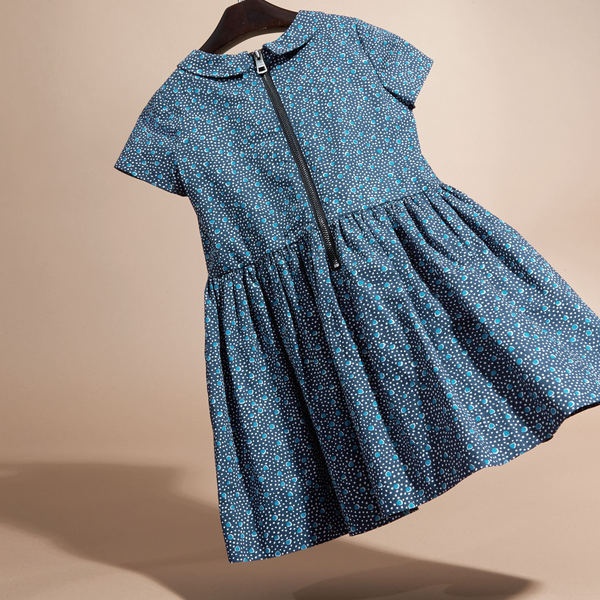 Pale navy Pleat Detail Painterly Spot Print Cotton Dress - gallery image 4