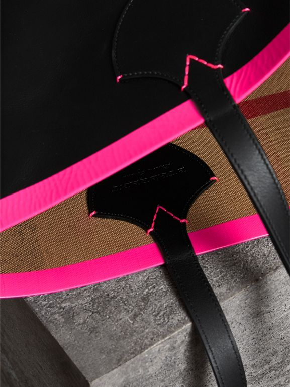 The Medium Giant Reversible Tote in Canvas and Leather in Black/neon Pink | Burberry Singapore - cell image 1
