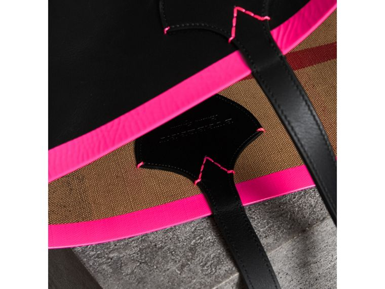 The Medium Giant Reversible Tote in Canvas and Leather in Black/neon Pink | Burberry United Kingdom - cell image 1