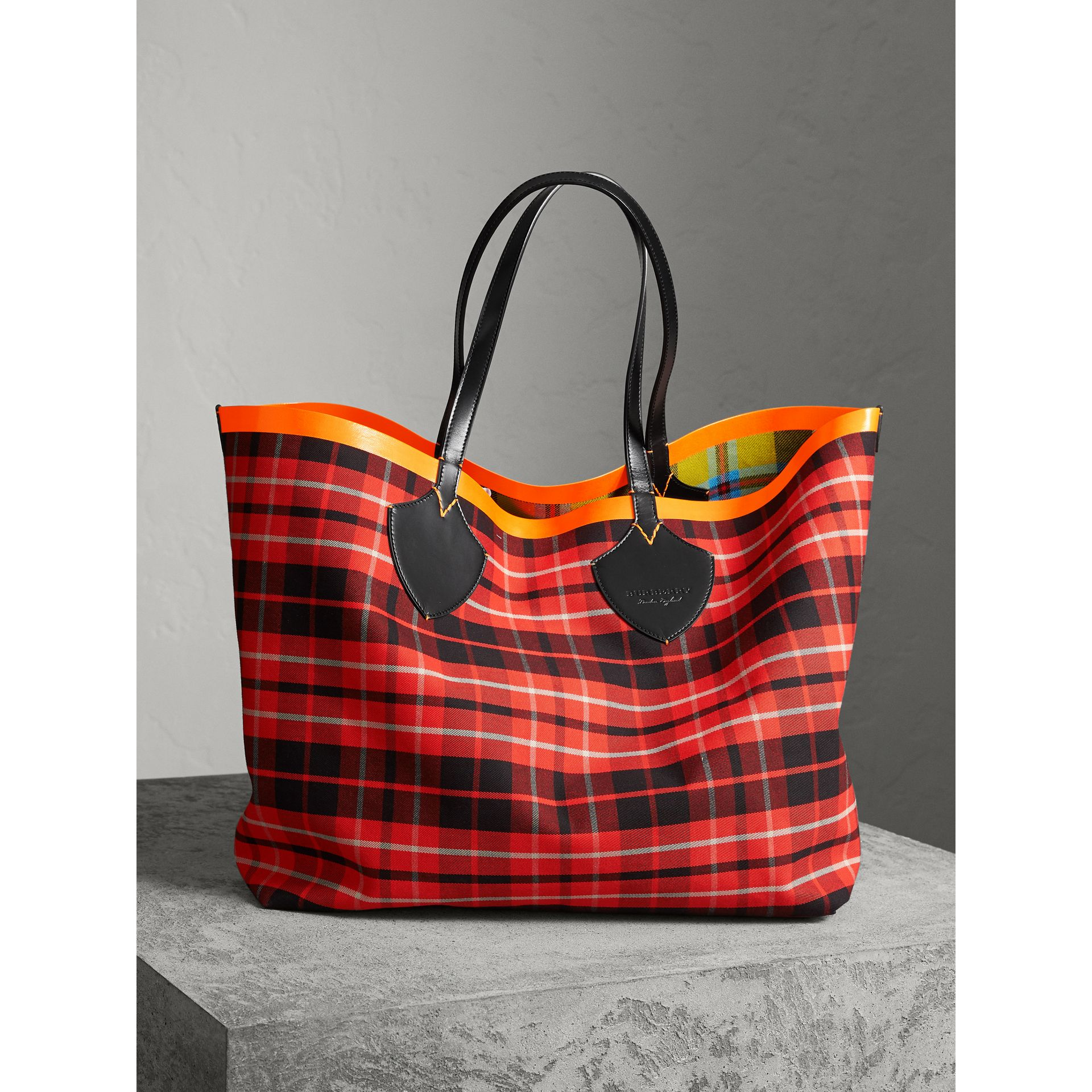 The Giant Reversible Tote in Tartan Cotton in Flax Yellow/red | Burberry United Kingdom - gallery image 4