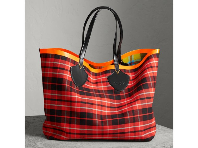 The Giant Reversible Tote in Tartan Cotton in Flax Yellow/red | Burberry - cell image 4