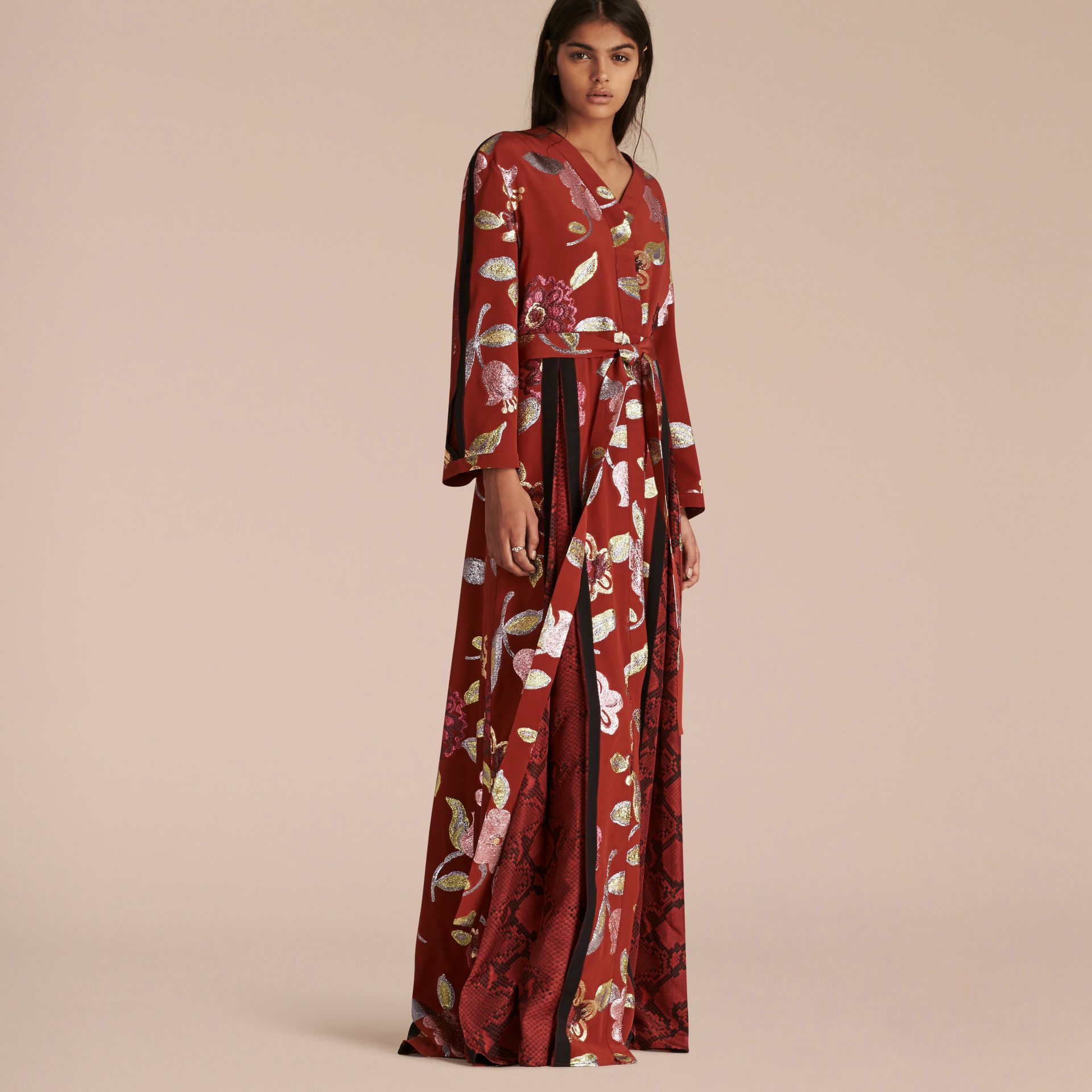 Terre de sienne brûlée Robe de soirée portefeuille en soie avec ornements en fil coupé à motif floral - photo de la galerie 1