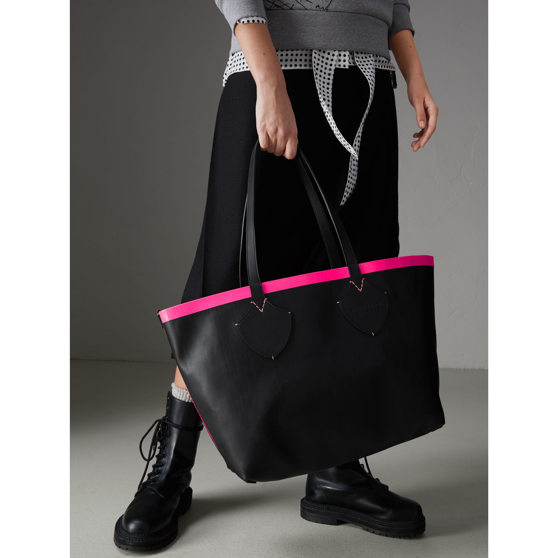 The Medium Giant Reversible Tote in Canvas and Leather in Black/neon Pink | Burberry - gallery image 5