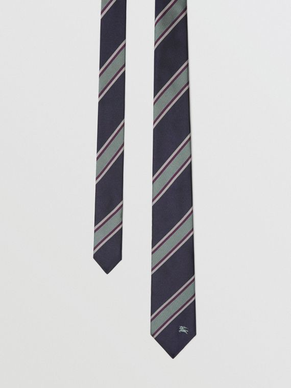 Cravatta dal taglio sottile in jacquard di seta a righe (Blu Indaco Scuro)