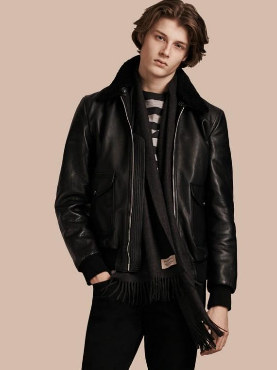 Jaqueta de couro com colarinho de shearling removível