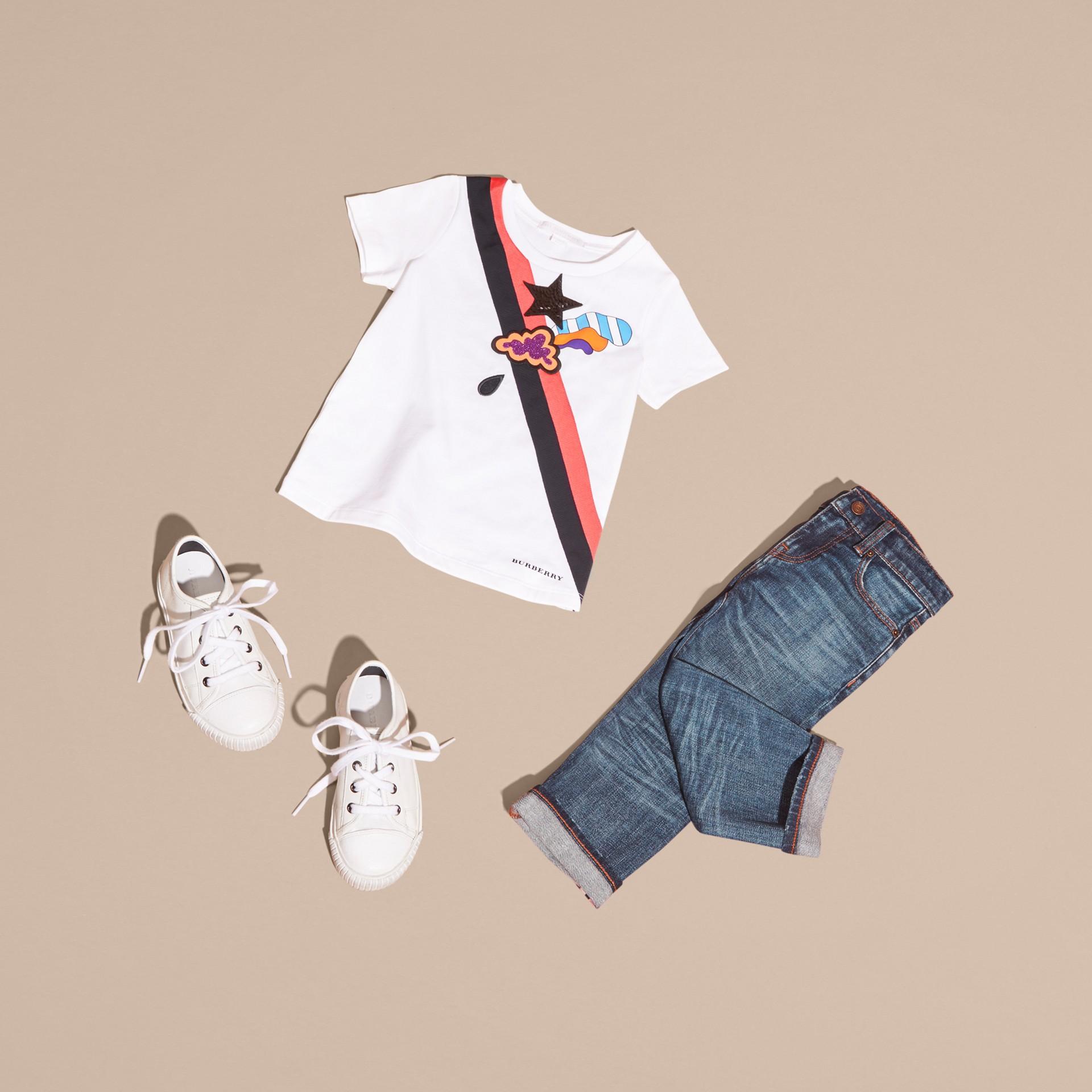 Bianco T-shirt in cotone con grafica ispirata al clima e paillettes applicate - immagine della galleria 5