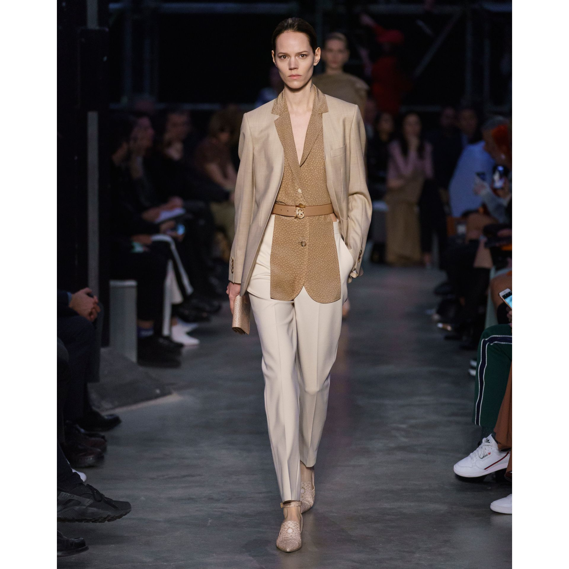 Pantalon tailleur droit en laine stretch (Ocre Pâle) - Femme | Burberry - photo de la galerie 6